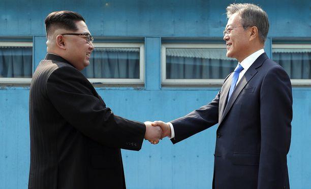 Pohjois-Korean ja Etelä-Korean johtajat Kim Jong-un ja Moon Jae-in tapasivat perjantaina historiallisesti maiden välisellä, demilitarisoidulla rajavyöhykkeellä.