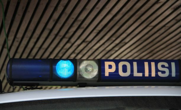 Hnekilöauton kuljettaja kuoli kolarissa. Poliisi tutkii parhaillaan onnettomuuspaikkaa. Kuvituskuva.