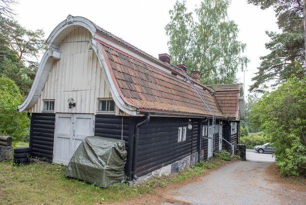 Kulosaaren palokunnantalon tontilla on kolmen vanhan puurakennuksen ryhmä.
