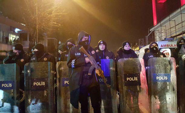 Poliisit sulkivat kadut terrori-iskun jälkeen.