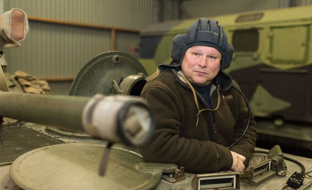 Sten Johansson kuvattuna kokoelmansa keskellä Inkoossa vuonna 2014.