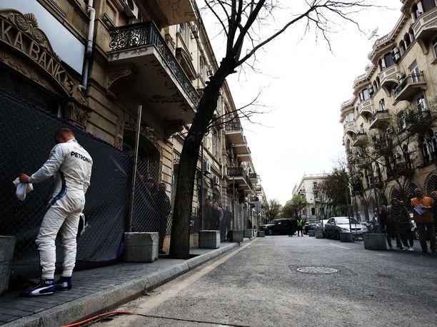 Kyllä korpeaa! Valtteri Bottas antoi pettymyksen näkyä viime vuoden Azerbaidzhanin GP:ssä.