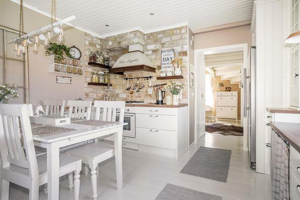 Rintamamiestalon sisätilat on sisustettu maalaisromanttisesti, ja tyyli sopii loistavasti vanhan puutalon henkeen.