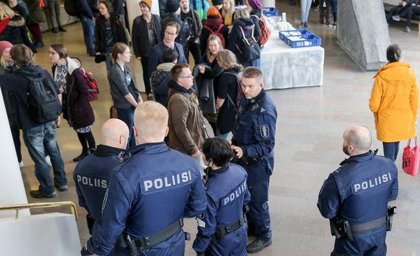 Mielenosoittajat kokoontuivat yliopiston aulaan, mistä muutaman onnistui päästä myös saliin.