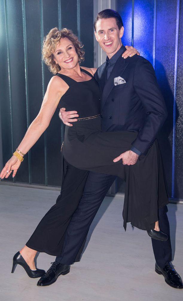Hanna Sumari kisaa kymmenvuotisjuhlakaudella parinsa Sami Heleniuksen kanssa.