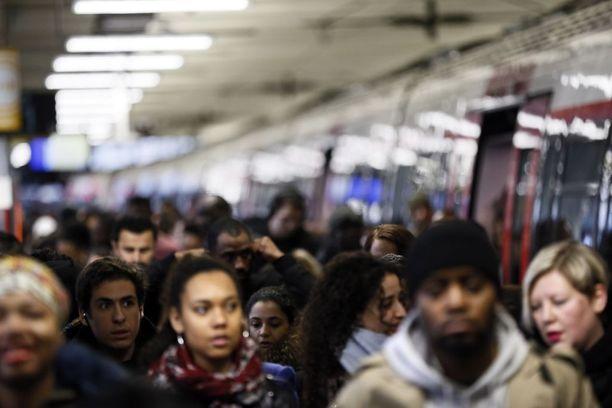 Gare du Nordin asemalla Pariisissa oli ihmisiä tungokseksi asti, kun junista kulki vain murto-osa.