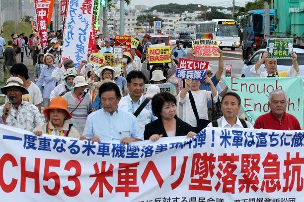 Okinawalaiset osoittivat mieltään USA:n sotilastukikohtia vastaan viikko sitten sunnuntaina. Syynä oli edellisenä päivänä tapahtunut sotilashelikopterin maahansyöksy pellolle.