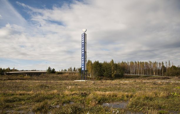 Sunny Car Centerin mainospylväs seisoo sille varatulla tontilla Hämeenlinnassa.