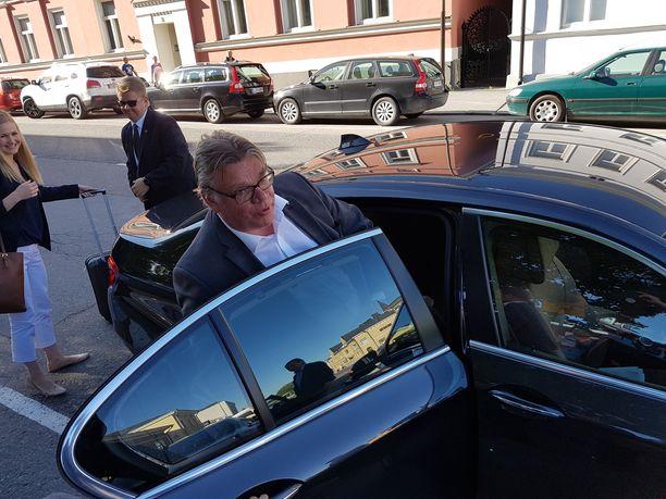 Ulkoministeri Timo Soini (sin) poistumassa Porin Suomi-areenalta heinäkuussa 2017.