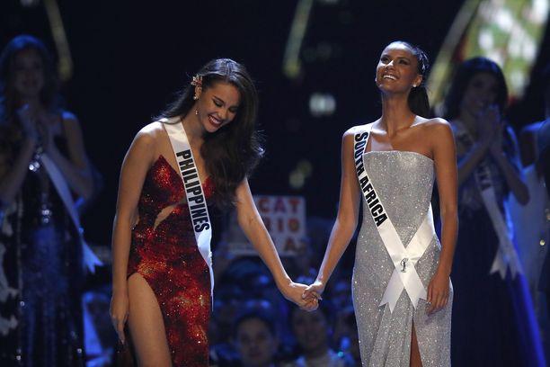 Etelä-Afrikan Tamaryn Green (oik.) kruunattiin ensimmäiseksi perintöprinsessaksi. Vierellä voittaja Miss Universum 2018 Catriona Gray.