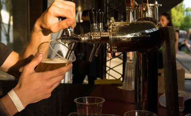 Vähittäismyyntilupa mahdollistaa alkoholin myynnin esimerkiksi take away -ruuan yhteydessä.