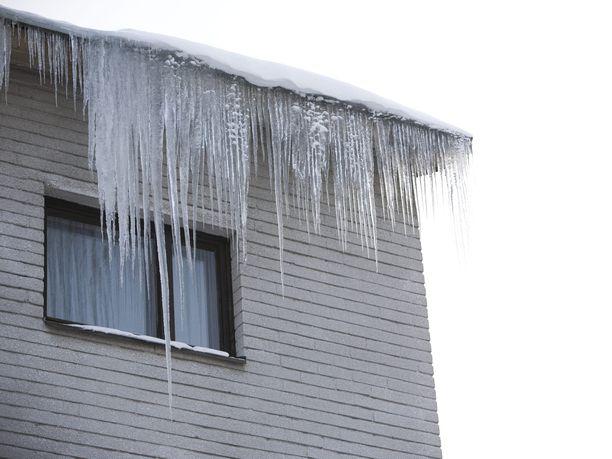 Asuntojen lämpövuoto voi paljastua esimerkiksi räystäisiin kertyvinä jääpuikkoina. Kuvituskuva.