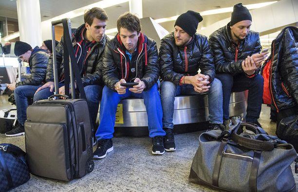 TAPA AIKAA Henrik Karlsson, Petr Koukal, Linus Omark ja Johan Harju odottelivat varusteitaan Moskovassa.