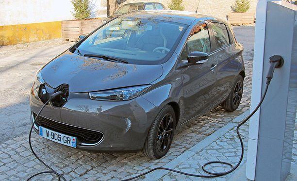 Britannia ja Ranska ovat tehneet kovia päätöksiä, joilla pyritään nopeuttamaan siirtymistä sähköautoiluun.