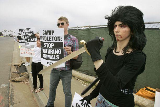 Nasim Aghdam eläinten oikeuksia puolustavassa mielenosoituksessa vuonna 2009. Kolmea ihmistä ja itsensä ampunut nainen on harvinaisuus, vaikka hän ei täyttäisikään joukkoampujan määritelmää.