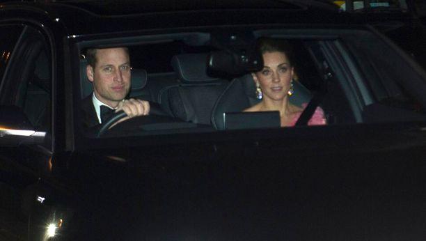 Prinssi William ja herttuatar Catherine hurattivat Buckinghamin palatsiin omalla autolla.