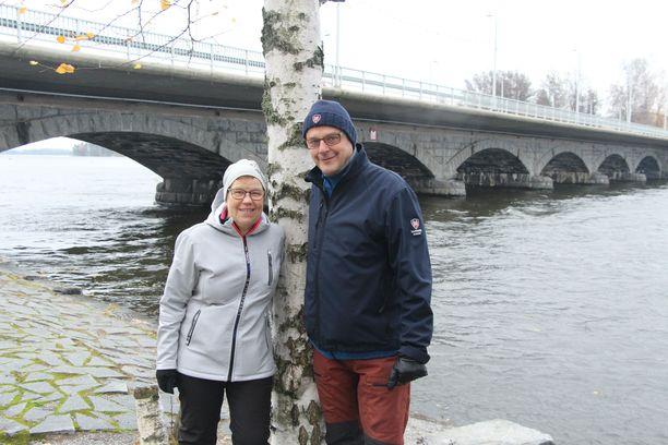 Sirkkaleena Saarinen ja Ari Järvinen asuvat aivan Vammaskosken sillan kupeessa. He ovat viihtyneet Sastamalassa hyvin.