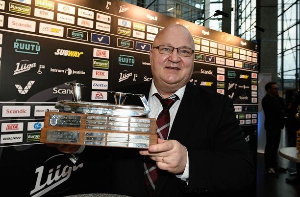 Jukka Holtari vastaanotti Hopealuistin-palkinnon JYPin urheilutoimenjohtajana 2017.