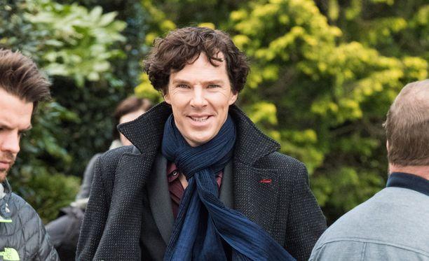 Benedict Cumberbatch sai jälleen tutun takin niskaansa.