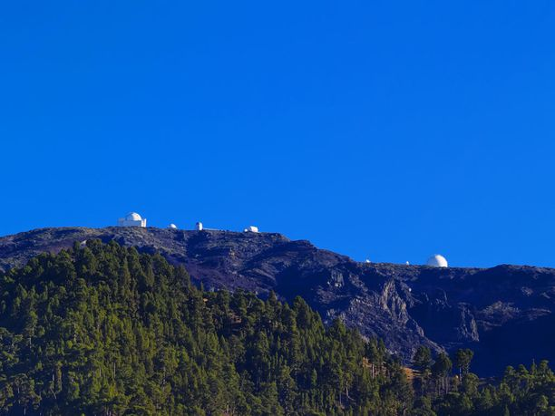 Roque de los Muchachosin observatoriosta matkailija voi päästä tiirailemaan tähtitaivasta Euroopan yllä.