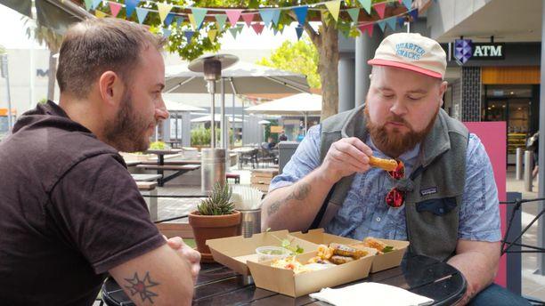 Farang BBQ:n ravintoloitsija Nathan Lancaster esitteli Akseli Herleville omaa näkemystään thaimaalaisesta katuruoasta.
