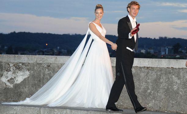 Beatrice Borromeo puolisonsa Pierre Casiraghin kanssa. Päällään Beatricella on jo lauantain toinen Armanin hääasu.