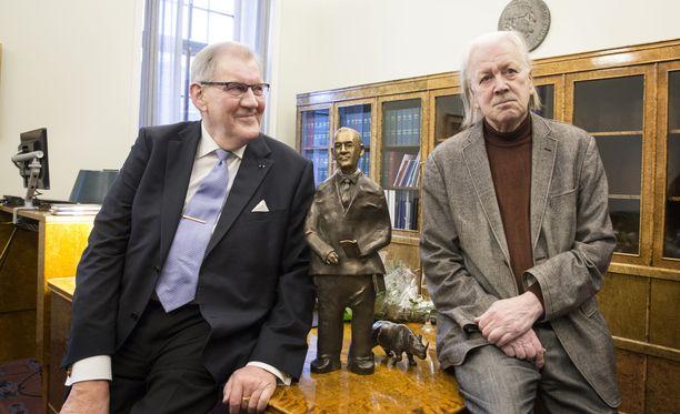 Eduskunnan pääsihteerinä vuosina 1992–2015 toimineen Seppo Tiitisen muotokuva luovutettiin eduskunnalle. Oikealla muotokuvan tekijä, kuvanveistäjä Pekka Kauhanen. Muotokuva keskellä.