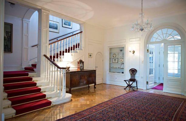 Alakerrassa sijaitsevat edustustilat, yläkerrassa on yksityisasunto ja viisi vierashuonetta. Koko komeuden takana pyörii toimiva keittiö- ja toimisto-organisaatio.