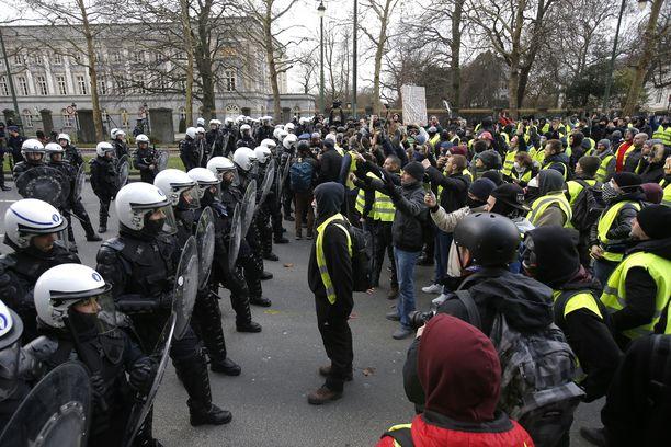 Noin tuhat ihmistä osoitti mieltään lauantaina Brysselissä.
