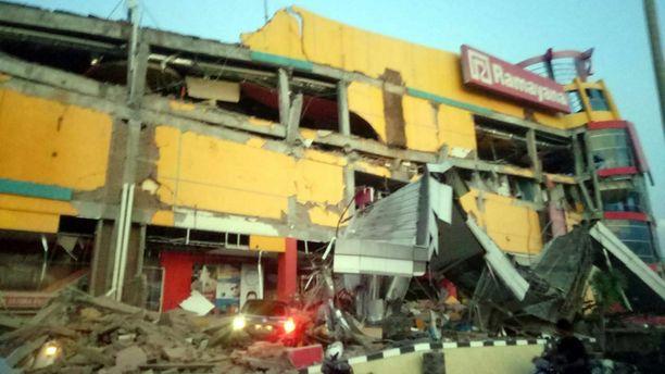 Maanjäristys tuhosi ostoskeskuksen Donggalassa.
