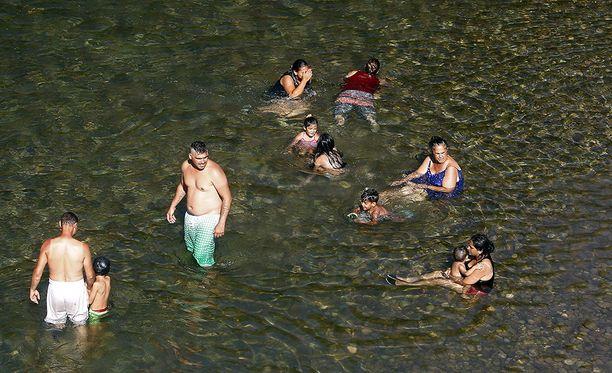 Ihmiset vilvoittelivat Nisavajoessa Serbiassa.