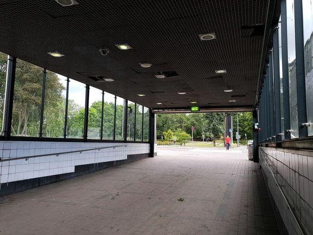 Rautatien alittava tunneli avautuu puistoon. Kansallisteatteri on kulman takana.