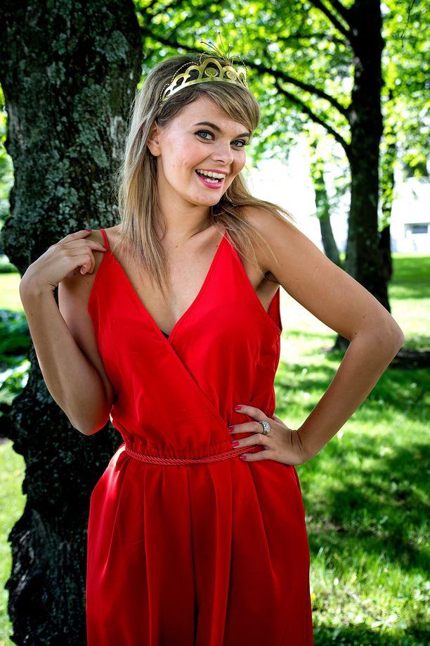 Vuoden 2016 tangokuningatar Erika Vikman on kokeillut kilpailuhermojaan myös Idolsissa ja Tangojuniori-kilpailussa.