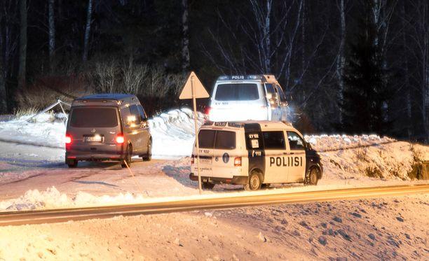 Haminan haja-asutusalueella sijaitsevalla tapahtumapaikalla oli maanantaina runsaasti poliisiautoja.