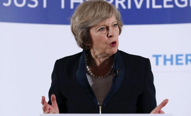 Theresa May aloitti kampanjansa virallisesti tänään. Heti ensimmäisenä päivänä kilpakumppani poistui kisasta.