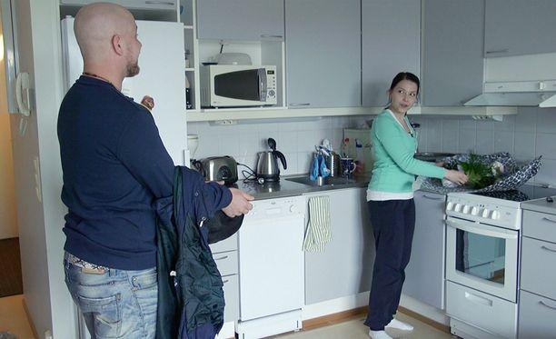 Esa ja Aliisa kinastelivat esimerkiksi siitä, mitä illalla syödään.