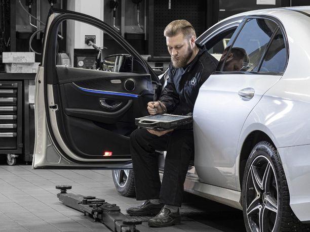 Testeri on Vehon mekaanikon Topias Rosendahlin päivittäinen työkalu. Testerin lisäksi tarvitaan vuosien kokemusta ja koulutusta Mercedes-Benzistä, jotta merkin salat avautuvat.