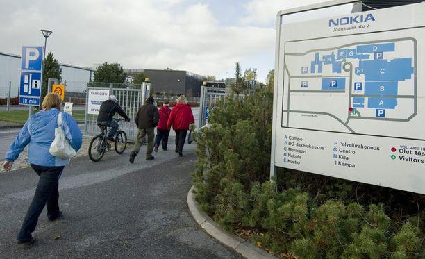 Nokian Salon-tehtaalla työntekijät marssivat ulos kesken työpäivän. (arkistokuva vuodelta 2010)