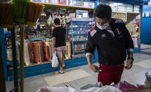Miesten päivä. Kuva on pääkaupungista Limasta viime perjantailta, jolloin vain miehet saivat käydä täydentämässä ruokavarastoja.