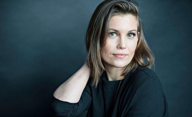 Laura Närhi kuvasi musiikkivideotaan itäpasilalaisessa parkkihallissa.