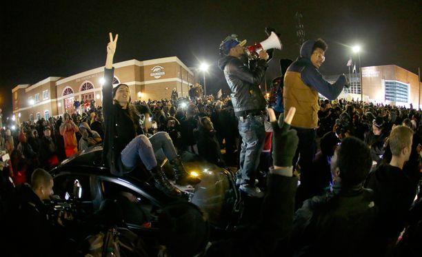 Fergusoniin on kerääntynyt yli tuhannen ihmisen väkijoukko.