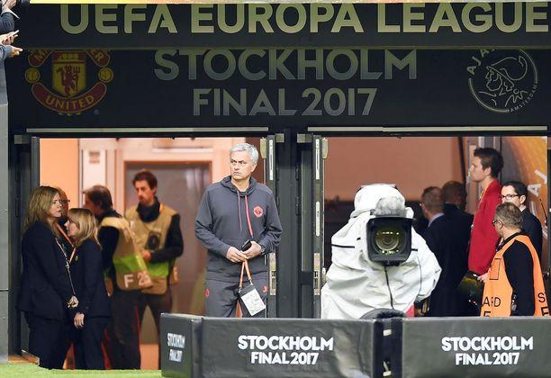 José Mourinho saapui ennen pelaajia tutustumaan Friends Arenan nurmeen.