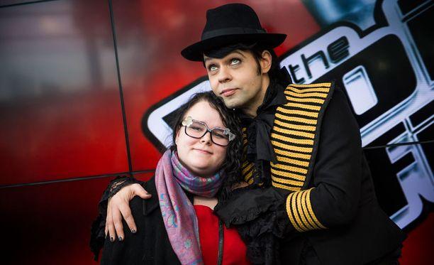 Miranna Kujanpää kannustaa miestään Jarkkoa The Voice of Finlandin finaaleissa.