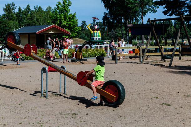 Leikkipuistoissa jaetaan tänäkin kesänä ruokaa, mutta sisätilat on pääasiassa varattu leiriläisille. Vessaan saa lapsi silti mennä.