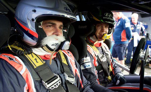 WRC-kuski Hayden Paddon (oik.) kyyditsi Brother Christmasia Jyväskylässä.