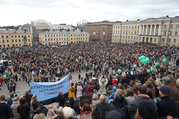 Tuhansien ihmisten odotetaan kokoontuvan osoittamaan mieltään Helsingissä maanantaina 16. heinäkuuta. Kuva Peli poikki -mielenosoituksesta Helsingissä 24.9.2016.