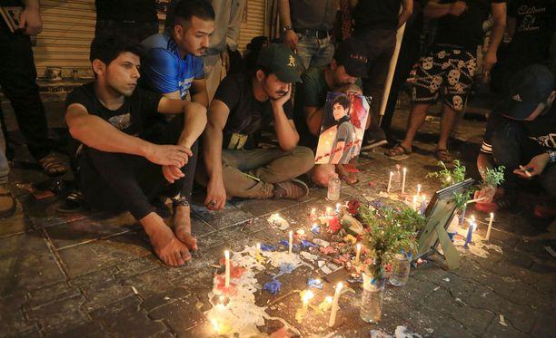Ihmiset sytyttivät kynttilöitä pommi-iskuissa kuolleiden muistoksi.