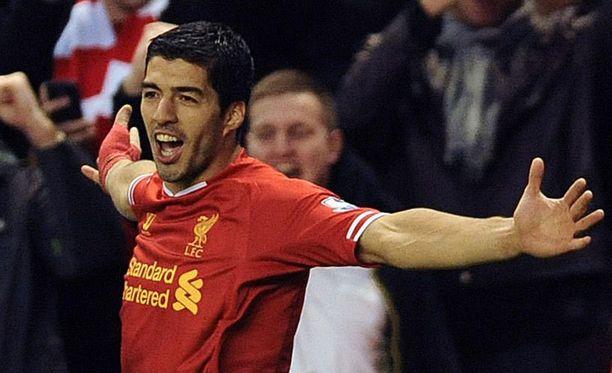 Liverpool-tykki Luis Suarez kiusaa Oldhamia sunnuntaina.