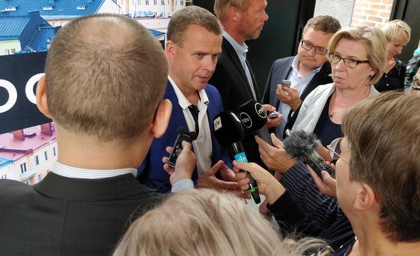 Puheenjohtaja Petteri Orpo toimittajien piirittämänä maanantaina Joensuussa.