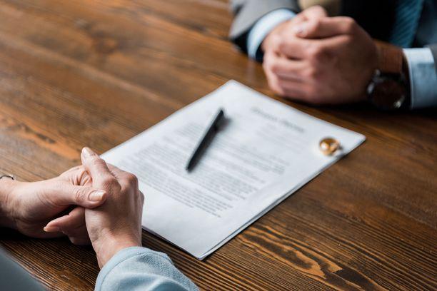 Juristi Marika Myllykangas suosittelee avioehdon tekemistä – mieluiten etukäteen ja asiantuntijan avustuksella.